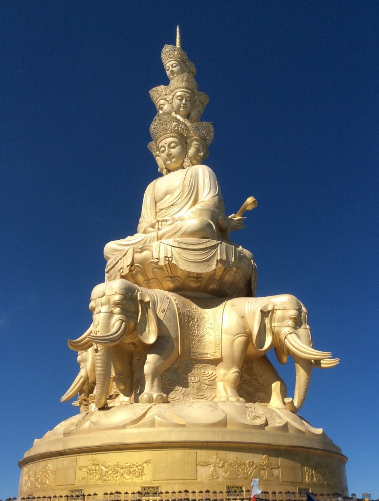 Statue dorée sommet mont Emei