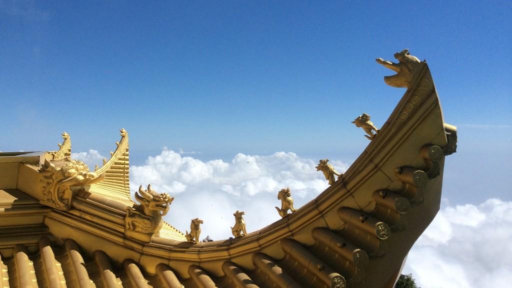 Toit et nuages sommet mont Emei