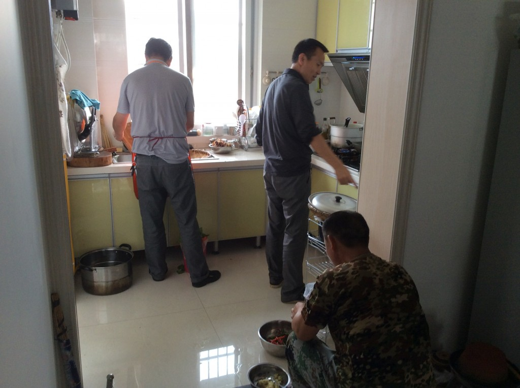 Hommes chinois en cuisine