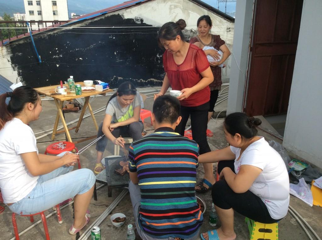 Chinoises faisant des grillades